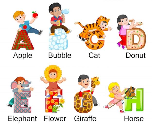 Sammlung glückliche kinder, die kostüm mit alphabet tragen Premium Vektoren