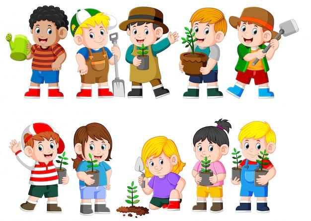 Sammlung von kindern, die junge grüne pflanze halten Premium Vektoren