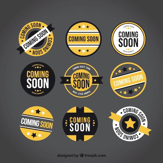 Sammlung von runde bald etiketten mit gelben elementen Kostenlosen Vektoren