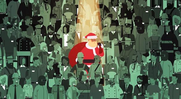 Santa claus mit großem sack, der von der menschenmenge hervorhebt frohe weihnachten glückliche neujahrsfeiertagsfeier individualitätskonzept flache illustration Premium Vektoren