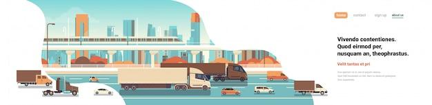 Sattelzugmaschinenanhänger, die autobahnstraßenautos lkw über stadthintergrundlieferfrachtkonzept flache kopie raumfahnenvektorillustration fahren Premium Vektoren