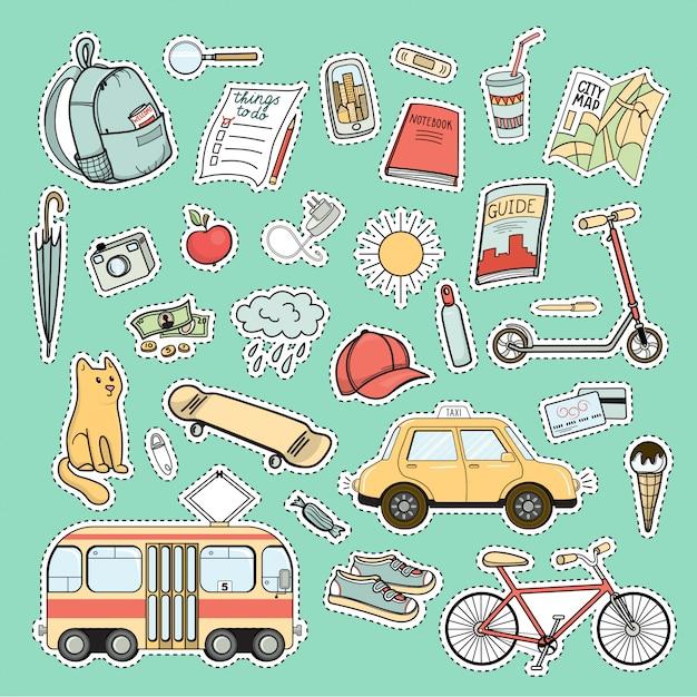 Satz bunte stadtlebenflecken - rucksack, fahrrad, tram, taxiauto, skateboard, karte, buch, führer und andere touristische notwendigkeiten Premium Vektoren
