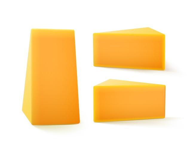 Satz dreieckige stücke von cheddar-käse-nahaufnahme lokalisiert auf weißem hintergrund Premium Vektoren