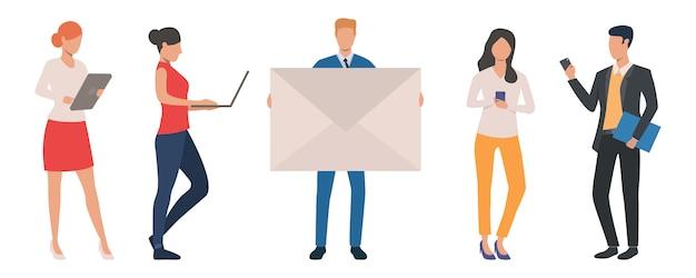 Satz geschäftsleute, die verschiedene geräte für kommunikationen verwenden Kostenlosen Vektoren
