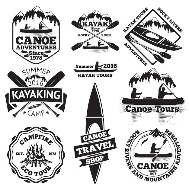 Satz kanu- und kajaketiketten. zwei mann in einem kanuboot, mann in einem kajak, boote und ruder, berge, lagerfeuer, wald, kanutouren, kajakfahren, kanureisengeschäft. Premium Vektoren