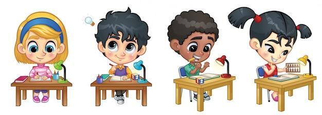 Satz kinder, die auf tabelle studieren Premium Vektoren
