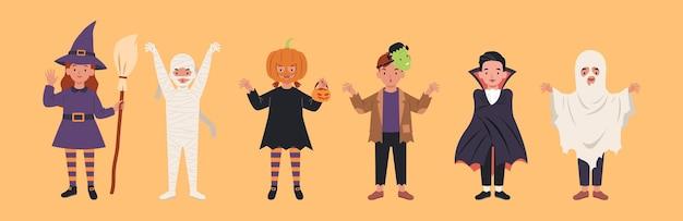 Satz kinderfiguren für halloween. kostüme hexen, mama, kürbis, frankensteins monster, dracula, geist. illustration in einem flachen stil Premium Vektoren