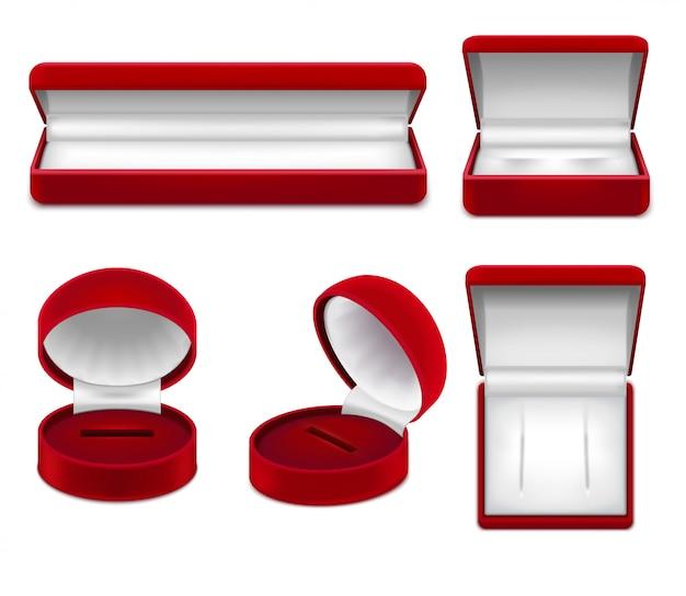 Satz realistische offene rote schmuckkästchen für die halskettenarmbandohrringe oder -bolzen lokalisiert Kostenlosen Vektoren