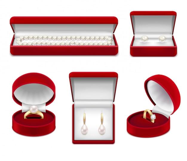 Satz realistischer schmuck aus gold mit perle und edelstein in roten kästen isoliert Kostenlosen Vektoren