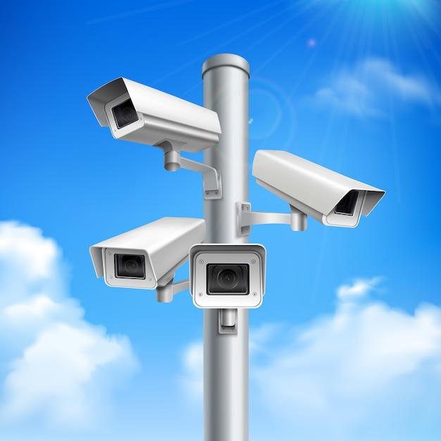 Satz sicherheitskameras auf realistischer zusammensetzung der säule auf blauem himmel mit wolken Kostenlosen Vektoren