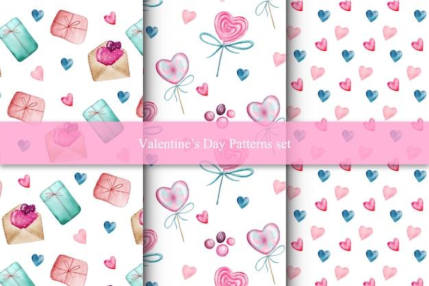 Satz valentinsgrußtagesnahtlose muster mit herzen, süßigkeiten und geschenken Premium Vektoren