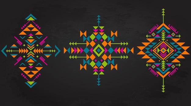 Satz von drei bunten ethnischen musterelementen mit geometrischen formen Premium Vektoren