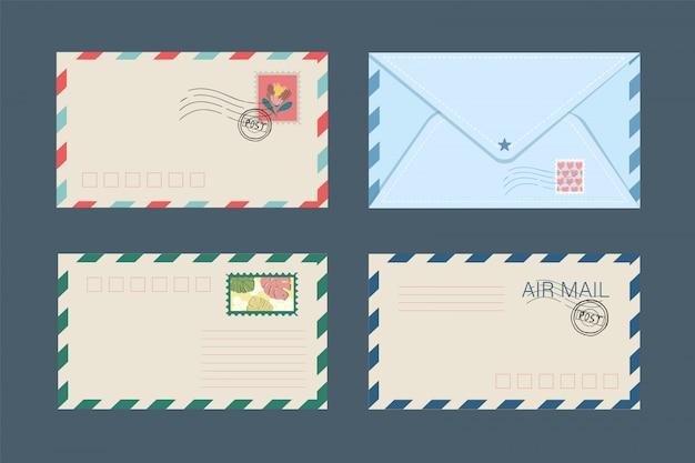 Satz von isolierten briefumschlägen und postkarten mit briefmarken. Premium Vektoren