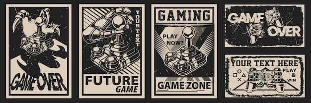 Satz weinleseplakate über das thema des spielens auf einem dunklen hintergrund. alle elemente befinden sich in separaten gruppen. Premium Vektoren