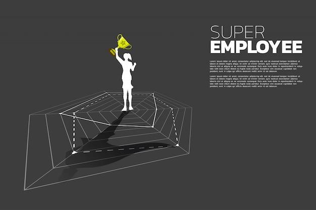 Schattenbild der geschäftsfrau mit der trophäe, die auf spinnendiagramm mit superheldschatten steht. konzept des besten mitarbeiter- und personalmanagements. Premium Vektoren