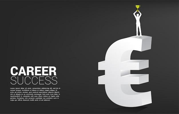 Schattenbild der geschäftsfrau mit trophäenschale auf geldeuroikone. konzept des erfolgsgeschäfts und karriereweg in der eurozone. Premium Vektoren