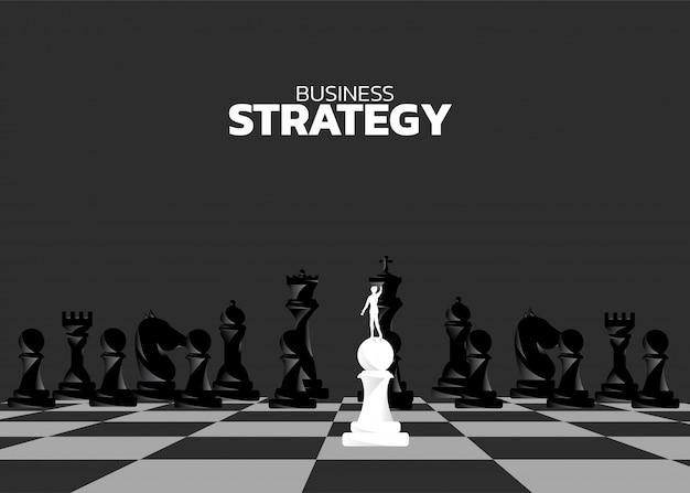 Schattenbild des geschäftsmannes auf pfandgegenstand stehend vor schachfigur Premium Vektoren
