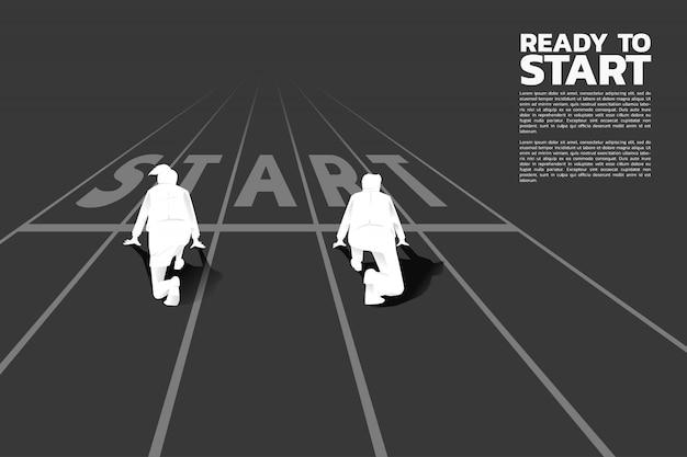 Schattenbild des geschäftsmannes und der geschäftsfrauen bereit, an der anfangslinie auf laufbahn zu laufen. Premium Vektoren
