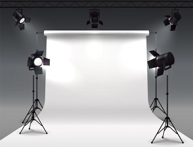 Scheinwerfer realistische komposition mit cyclorama- und studio-scheinwerfern, die an der rolle hängen und auf ständern montiert sind Kostenlosen Vektoren