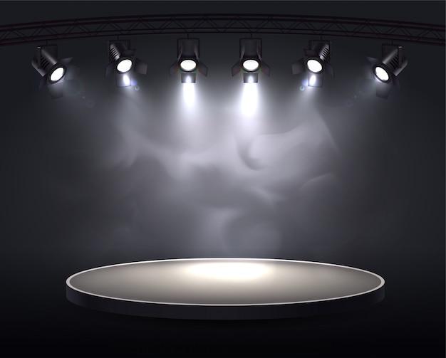 Scheinwerfer realistische komposition mit runder handlung hervorgehoben durch sechs scheinwerfer, die helles licht durch rauch werfen Kostenlosen Vektoren