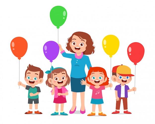 Scherzt den jungen und mädchen, die ballon mit lehrer halten Premium Vektoren