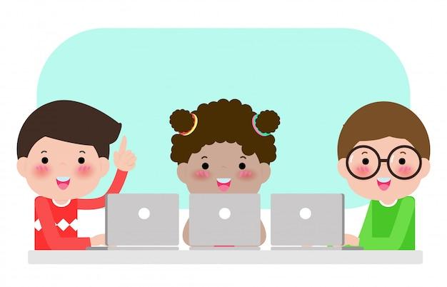 Schüler lernen im klassenzimmer mit laptop- und tablet-pc, glückliche kinder, die an den laptops sitzen und schulstunde lernen, kinder, die geräte während des unterrichts in der grundschule verwenden. illustration Premium Vektoren