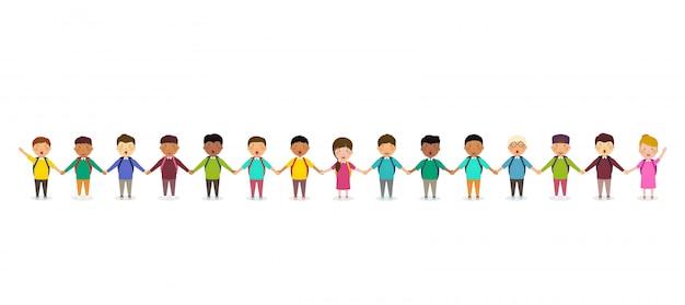 Schüler und kinder händchen haltend. kindergruppe von schulkindern steht in reihe. glückliche menge von schülern auf weiß Premium Vektoren