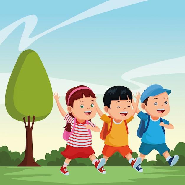 Schulkinder, die mit rucksäcken lächeln Kostenlosen Vektoren