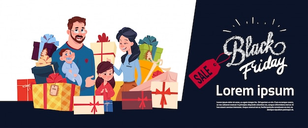 Schwarzes freitag-verkaufs-plakat mit glücklicher familie über geschenkbox-stapel, feiertagseinkaufende horizontale fahne Premium Vektoren