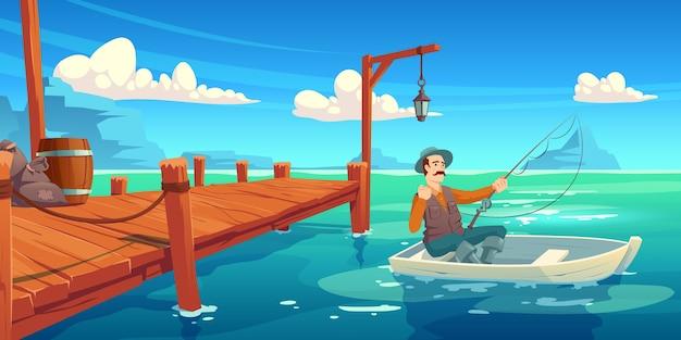 See mit hölzernem pier und fischer im boot. karikaturillustration der sommerlandschaft mit fluss, seebucht oder teich, kai und mann im hut mit angelrute im boot Kostenlosen Vektoren