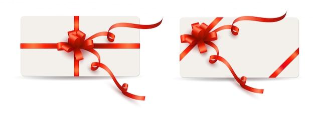 Set elegante weiße karten mit roten geschenkbögen und -farbbändern Premium Vektoren