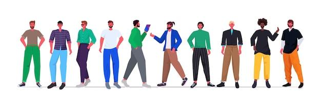 Set mix race junge männer in lässigen trendigen kleidern stehen zusammen männliche zeichentrickfiguren Premium Vektoren