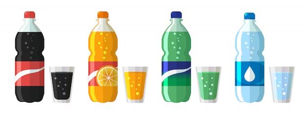 Set plastikflasche wasser und süßes soda mit gläsern. Premium Vektoren