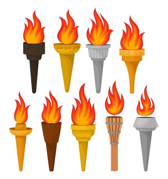 Set verschiedene fackeln mit hell brennendem feuer. heiße rot-orange flamme. für handyspiel oder werbeplakat Premium Vektoren