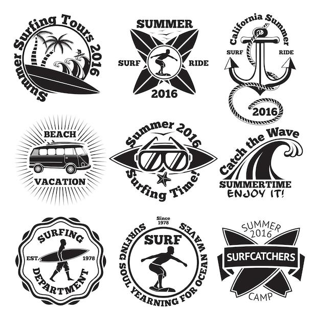 Set vintage surfing labels mit - surfbrett, surfer, palmen, anker, sonnenbrille, welle etc. Premium Vektoren