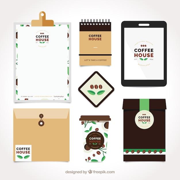 Set von schreibwaren und kaffeezubehör in flaches design Kostenlosen Vektoren
