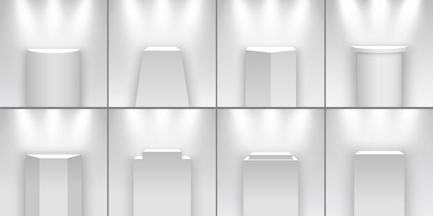 Set von weißen messeständen, die von scheinwerfern beleuchtet werden. sockel. podien. Premium Vektoren