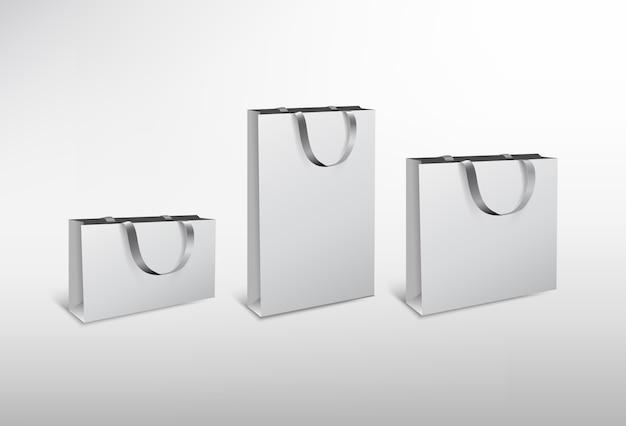 Set weiße papiertüten unterschiedlicher größe mit seidenseil. hochauflösende abbildung. auf weißem hintergrund. Premium Vektoren