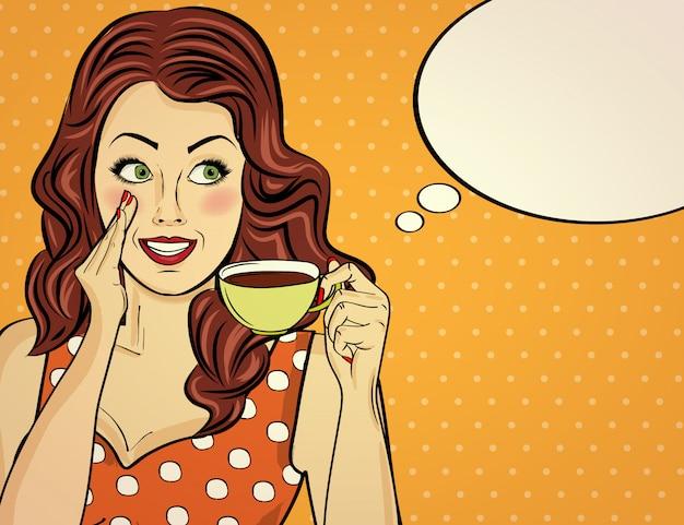 Sexy pop-art-frau mit kaffeetasse. werbeplakat in comic-stil. vektor Premium Vektoren