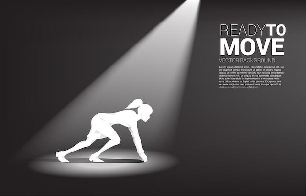 Silhouette der geschäftsfrau bereit, im scheinwerferlicht zu laufen. konzept von menschen, die bereit sind, karriere und geschäft zu beginnen Premium Vektoren