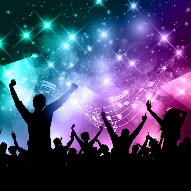Silhouette einer party-menge auf einer zusammenfassung mit musiknoten Kostenlosen Vektoren