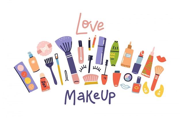 Skizze von kosmetikprodukten, modebanner. pinsel, paletten, lippenstift, augenstift, nagellackillustrationen auf weiß gesetzt. kosmetikgeschäft, schönheitssalon. schriftzug zitat - liebe make-up Premium Vektoren