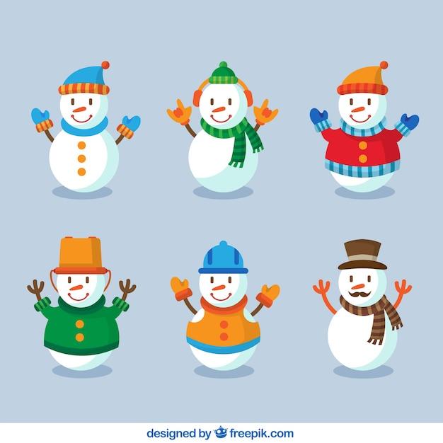 Smiling schneemänner mit winterkleidung Kostenlosen Vektoren