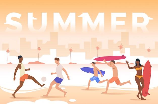 Sommer schriftzug, leute spielen, surfbretter am strand halten Kostenlosen Vektoren