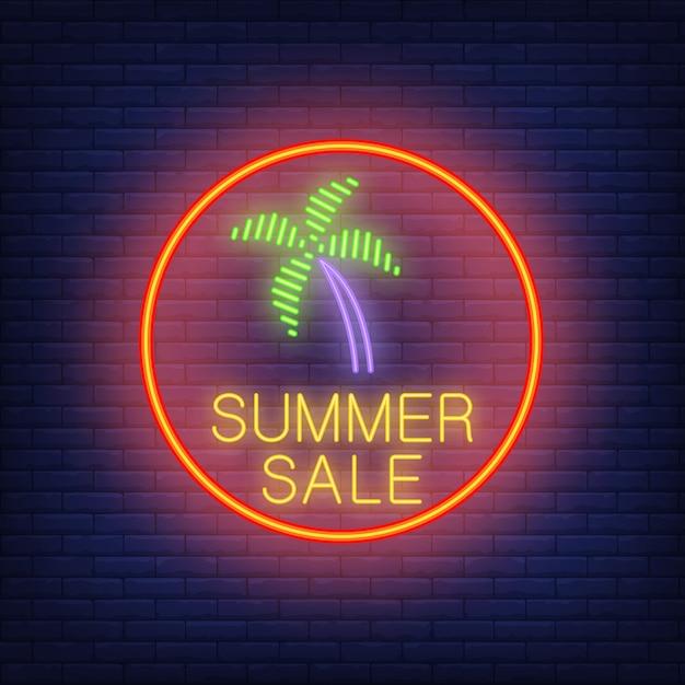Sommerschlussverkauf-neontext und palme im roten kreis. saisonales angebot oder verkaufsanzeige Kostenlosen Vektoren