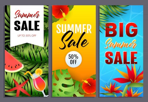 Sommerschlussverkaufbeschriftungen stellten mit tropischen blättern und blumen ein Kostenlosen Vektoren