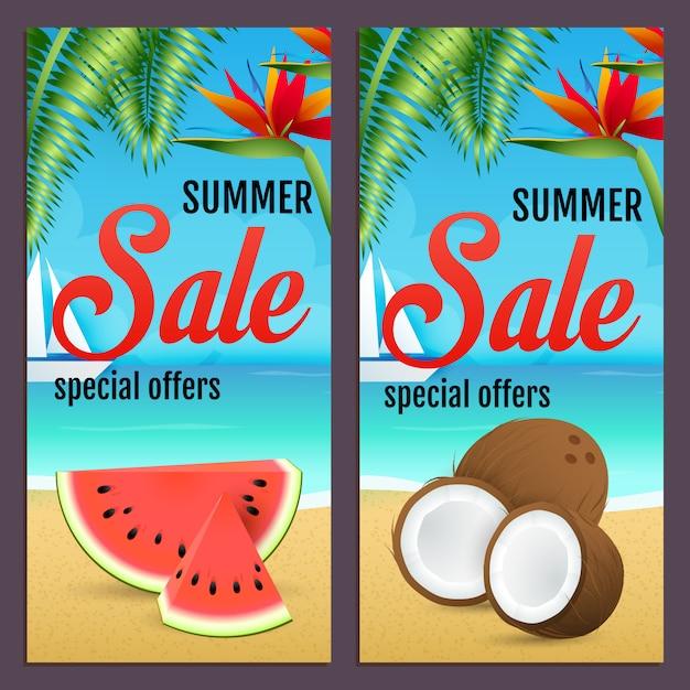 Sommerschlussverkaufbeschriftungen stellten mit wassermelone und kokosnüssen auf strand ein Kostenlosen Vektoren