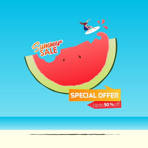 Sommerverkauf banner vorlage design. mädchen, das auf einer halben wassermelone im flachen design surft. sommerverkauf typografie auf see. Premium Vektoren