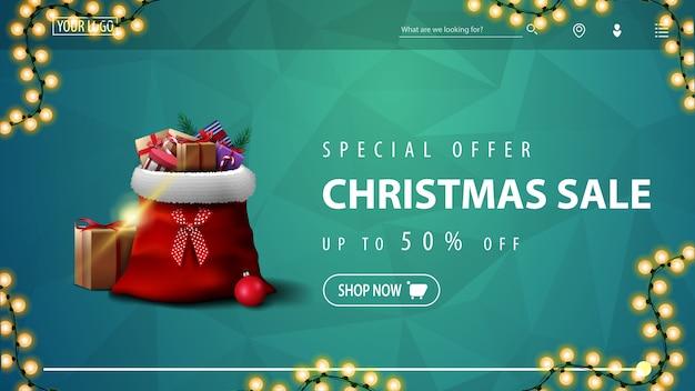 Sonderangebot, weihnachtsverkauf, bis zu 50% rabatt, blaues rabatt-banner für website mit polygonaler textur, girlande und weihnachtsmann-tasche mit geschenken Premium Vektoren