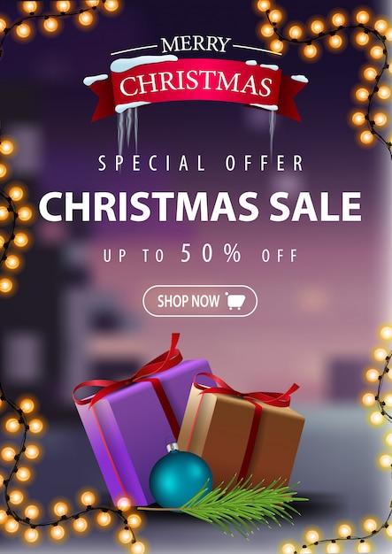 Sonderangebot, weihnachtsverkauf, bis zu 50% rabatt, schönes rabatt-banner mit girlande und geschenken. vertikale rabatt-banner Premium Vektoren